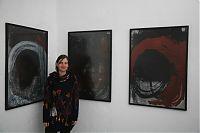 071 Backstubengalerie Christine Zehn vor Bildern von Detlef Funder