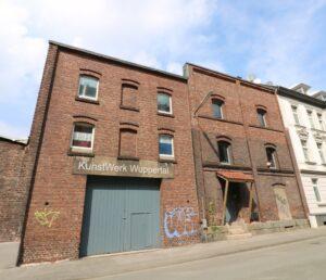"""KunstWerk Wuppertal Im Jahr 2020 hat der Bildhauer Martin Langer diese alte, kleine Fabrik erworben um dort das """"KunstWerk Wuppertal"""" zu gründen und eine Künstlergemeinschaft ins Leben zu rufen. Er selber wohnt und arbeitet bereits dort."""